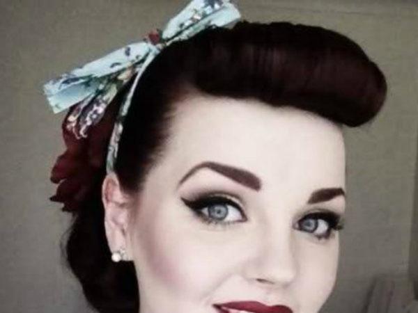 peinados-pin-up-pelirroja-rojo-cinta-azul