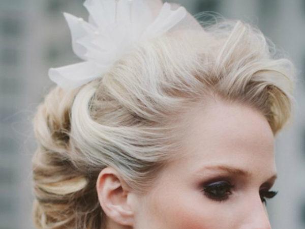 peinados-pin-up-rubia-flor-blanca-labios-rojos