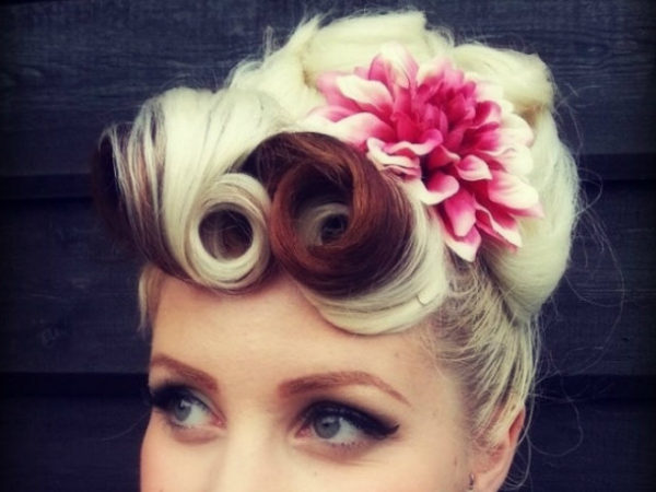 peinados-pin-up-rubia-flor-rosa