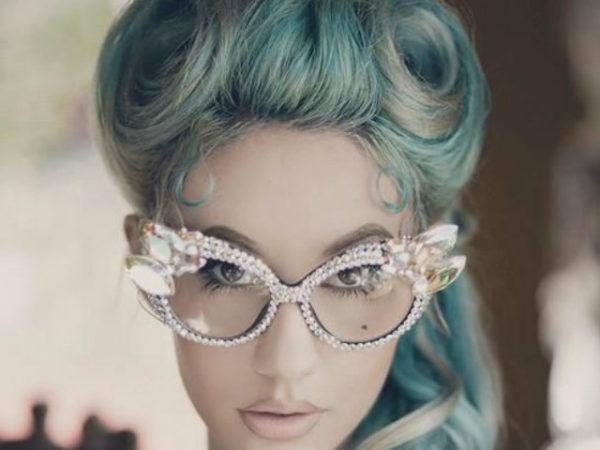 peinados-pin-up-rubia-rulos-grandes-azul