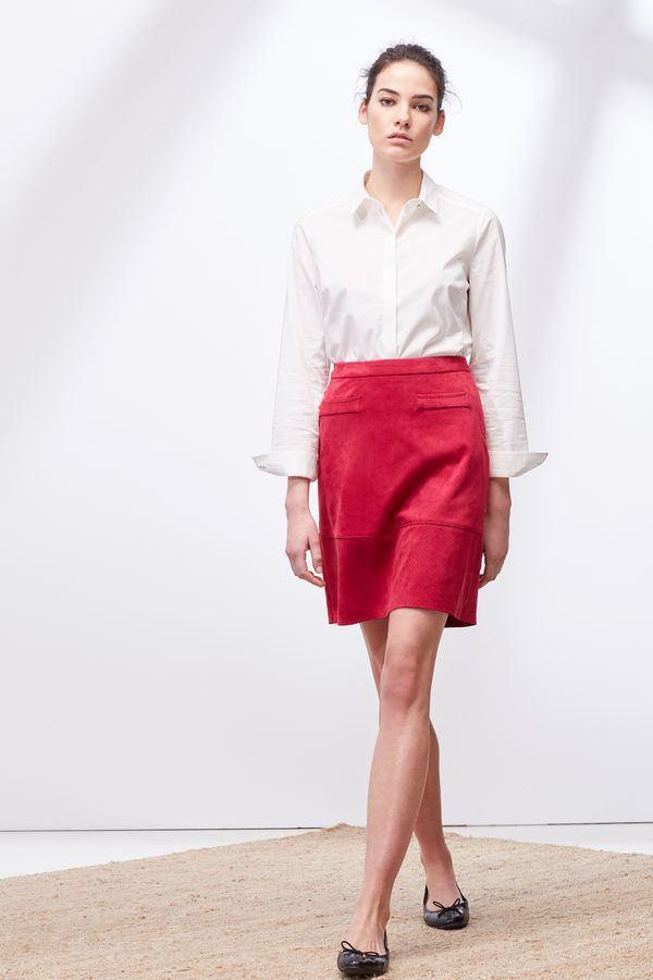 Uno de los cortes que no deja de pasar de moda son las faldas de tubo 97060c0c2e5b
