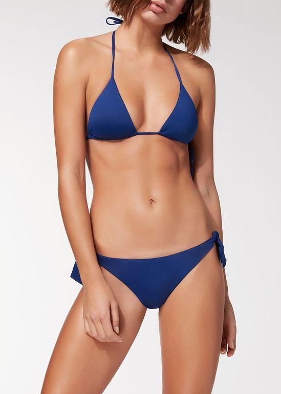 969959e7b8 El color azul es otro de los tonos imprescindibles dentro de los modelos de  bikinis que seleccionar para este 2019. En Calzedonia podréis encontrar así  ...
