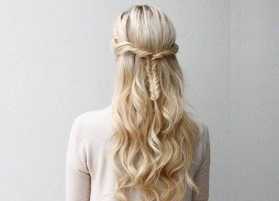 peinados-faciles-pelo-largo-diadema-retorcido