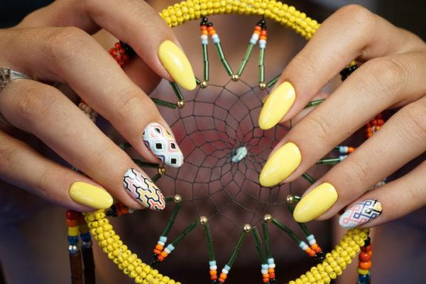 Unas carnaval faciles amarillas y blancas