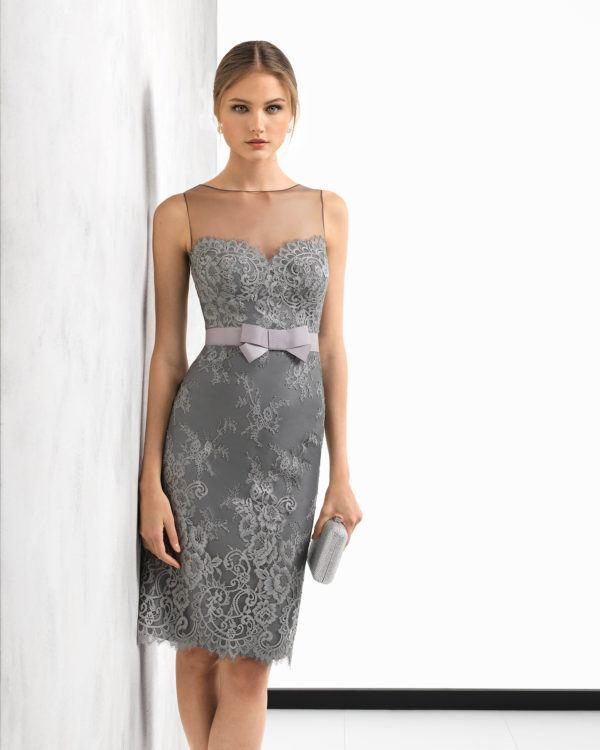 243f6c5e69b Vestido de fiesta corto de la firma Rosa Clará, colección Primavera Verano  2019 y modelo 2T163. Es un vestido en color plata elaborado con encaje y  canesú, ...