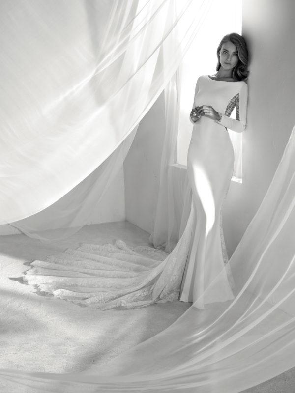 vestidos-de-novia-diferentes-atelier-pronovias-2018-ricia