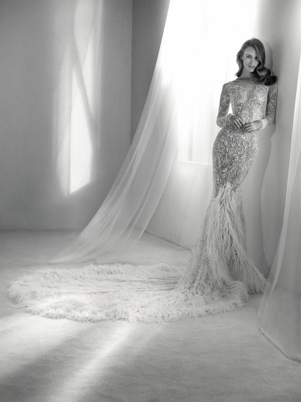 vestidos-de-novia-diferentes-atelier-pronovias-2018-risuena