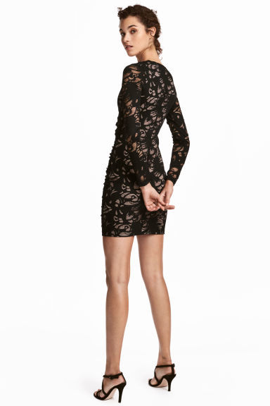 Look con vestido negro corto