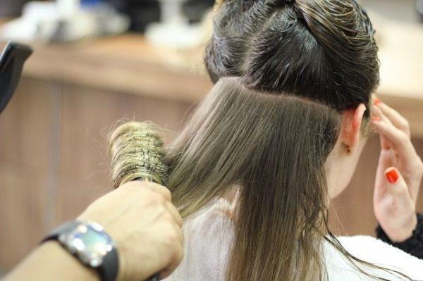 como-se-usa-el-champu-o-shampoo-en-seco-y-donde-comprarlo-peinando-mujer