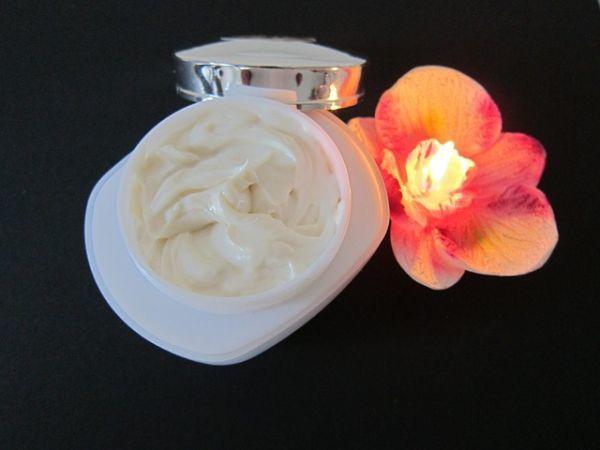 crema-facial-antiarrugas-de-xhekpon-de-verdad-funciona-crema-flor