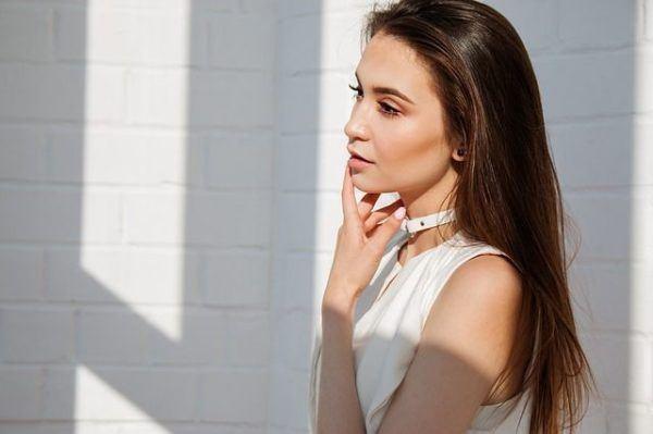 crema-facial-antiarrugas-de-xhekpon-de-verdad-funciona-mujer-de-blanco