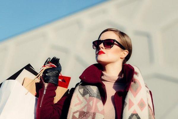 las-combinaciones-de-colores-que-se-pueden-utilizar-con-el-burdeos-mujer-gafas de sol