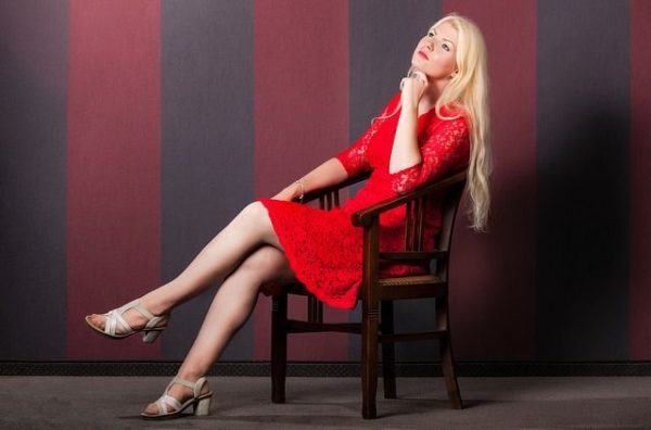 maquillaje-para-vestido-rojo-mujer-rubia-sentada