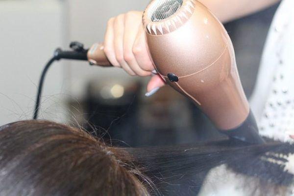 mono-italiano-peinado-secador