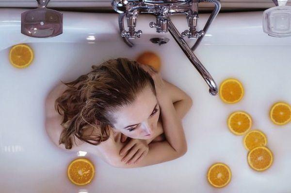 productos-y-remedios-caseros-para-el-pelo-graso-mujer-ducha-naranjas