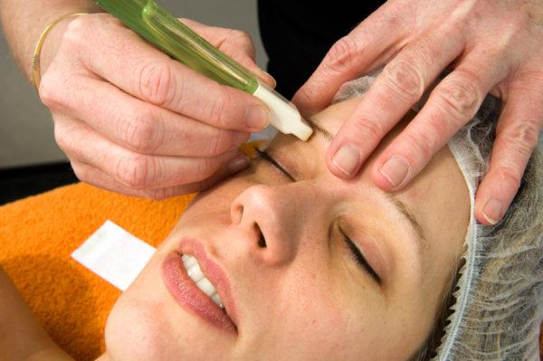 Como depilar cejas con rasuradora