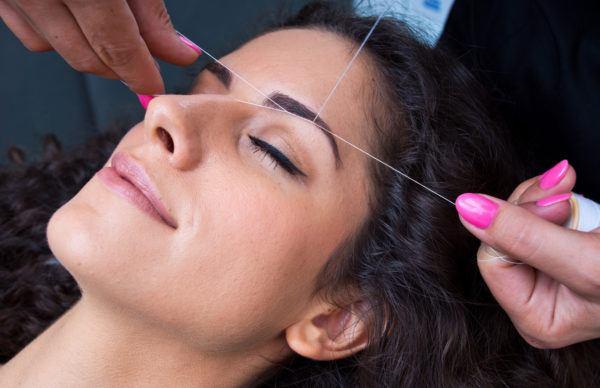 Como depilar cejas procedimiento roscado