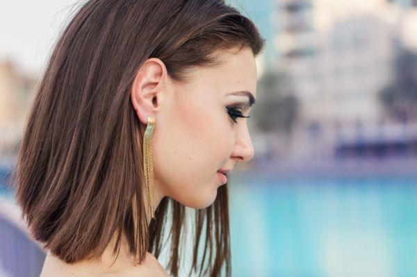 los-cortes-de-pelo-moderno-mujer-media-melene-pendientes-largos