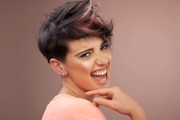 los-cortes-de-pelo-moderno-mujer-corto-flequillo-hacia-ariba