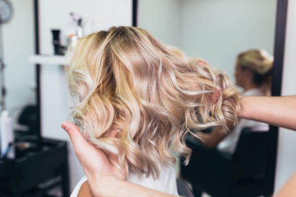blond-caramel-mane-blond-waves-back