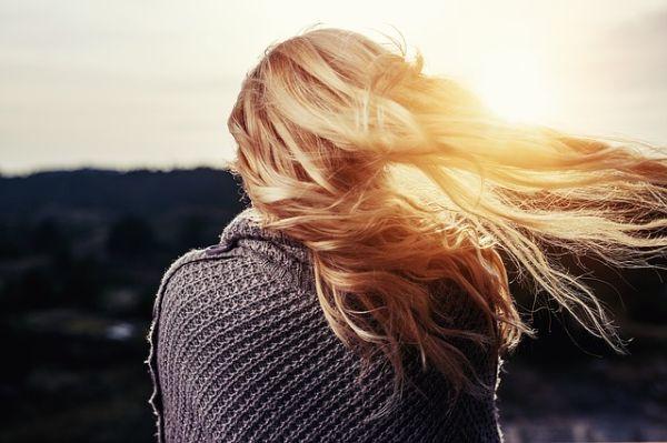 las-mejores-vitaminas-para-el-pelo-modelo-pelo-rubio-al-viento