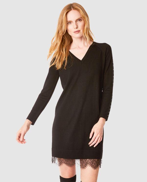 57a65a151 Un modelo de lana con escote en pico y que encuentras por 280 euros. Uno de  los vestidos de encaje en negro Primavera Verano 2019 más vendidos esta ...