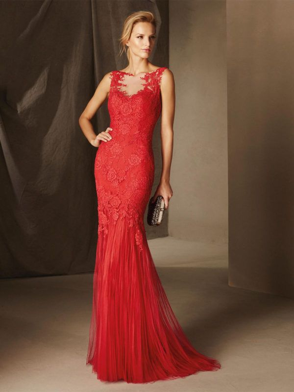 7b50419be El vestido es estilo sirena de tul y encaje. Cuerpo con efectos  transparencia y aplicaciones en espalda y delantero. Escote en corazón con  efecto segunda ...