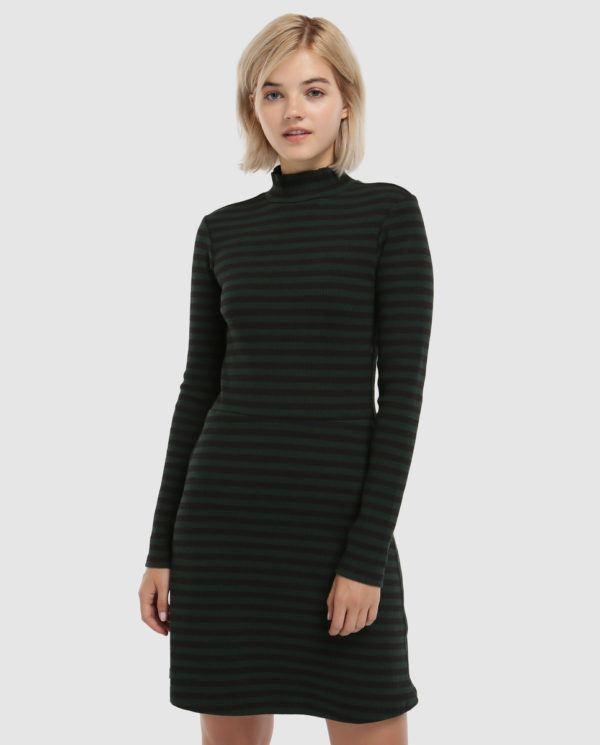 7f25f72b70e Un precioso vestido de canalé de cuello alto que firma G-Star Raw. Aunque  no lo parezca, es verde y cuesta 99,95 euros