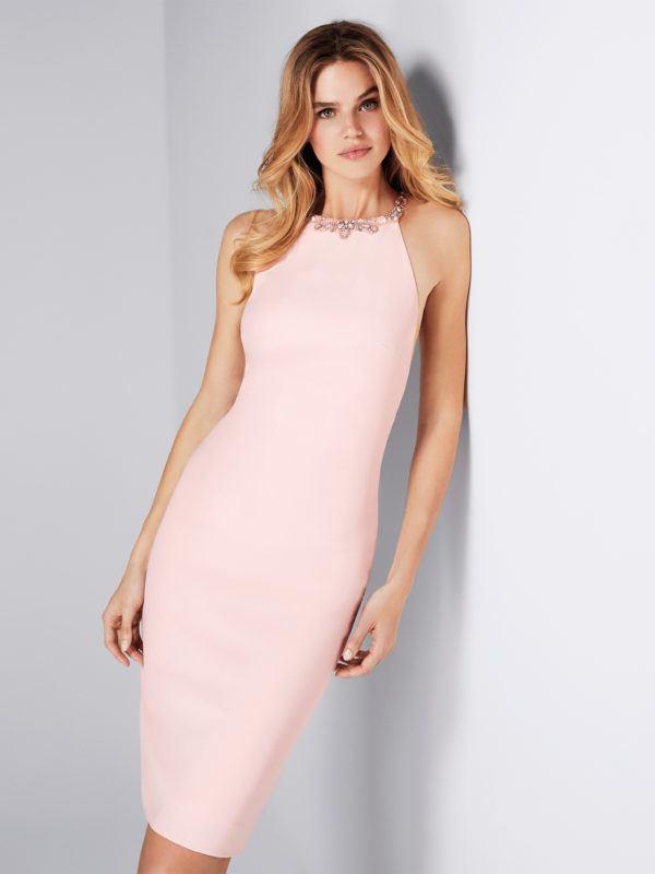Vestido corto con escote halter y diseñado en crepe. Un estilo moderno y  sensual que se corona con la pedrería en forma de gargantilla. 14bc3c3fccdd