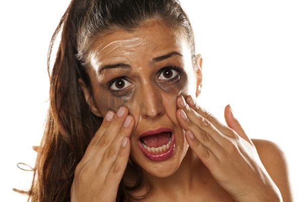 como-borrar-las-manchas-de-maquillaje-de-la-ropa4