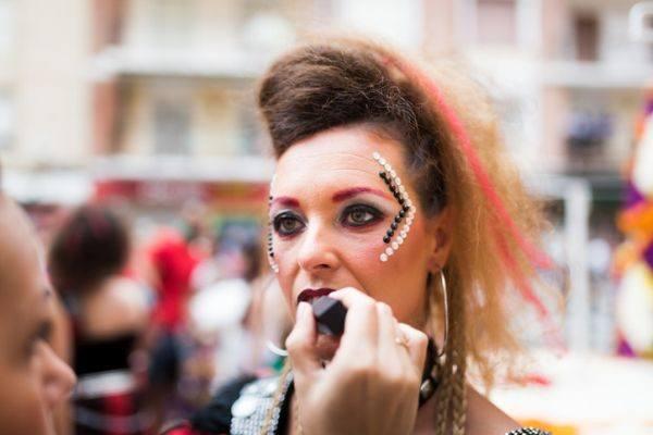 maquillajes-para-un-festival-piedras-istock
