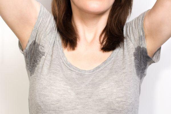 trucos-para-evitar-manchas-de-sudor-visibles-istock3