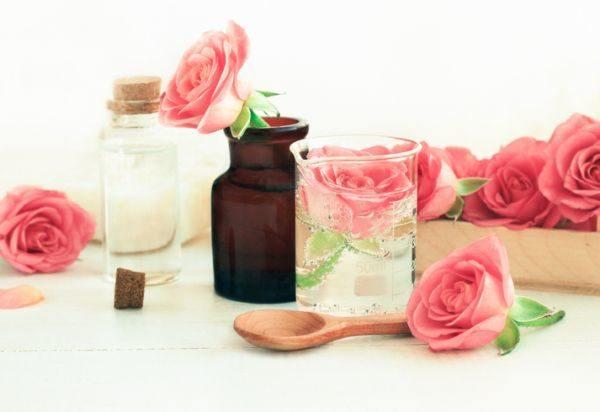 perfumes-caseros-con-olor-duradero-rosa-istock