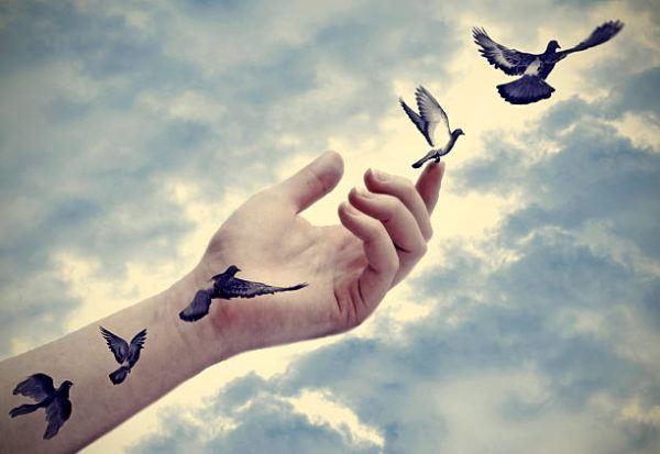 Tatuajes en la mano para mujeres aves