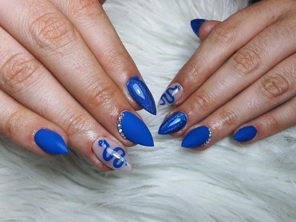 unas-decoradas-azules-adornos-transparencia-instagram